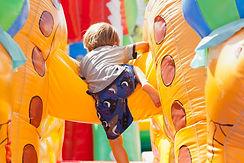 Menino, tocando, em, bouncy, castelo