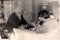 за шахматами