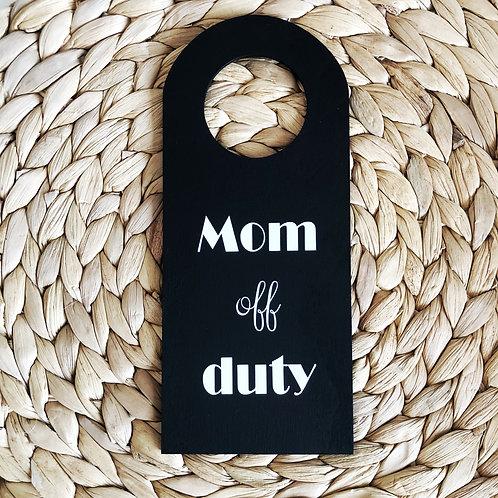 Deurhanger: Mom off Duty