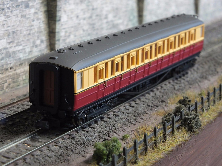 Dapol 2P-011-055 ex-LNER Gresley teak second E12621E in BR carmine and cream