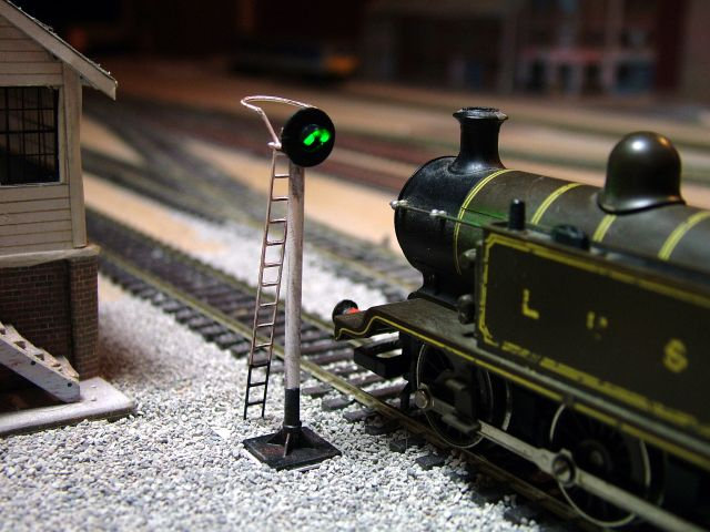 OO Gauge 2 Aspect Distant Searchlight Signal with Safety Ring