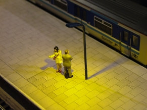 OO Gauge Single Yellow LED Platform Light (Rail Blue)