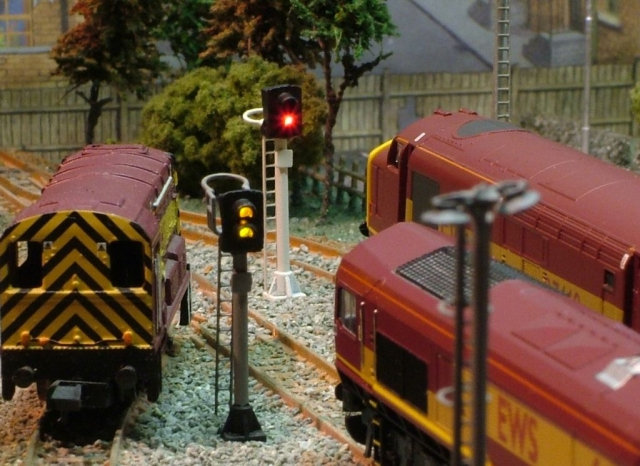 N Gauge 4 Aspect Searchlight Signal with Maintenance Platform