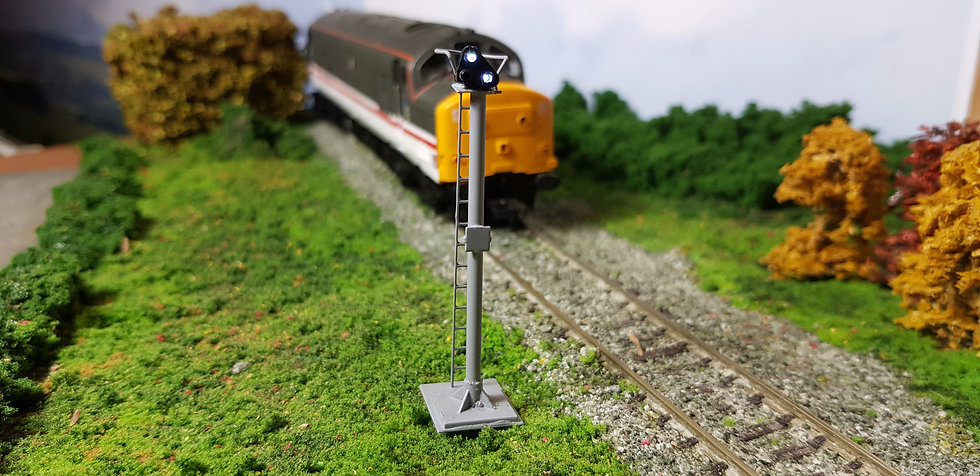 OO Gauge GPLS on Post (Red / White Shunt Signal)