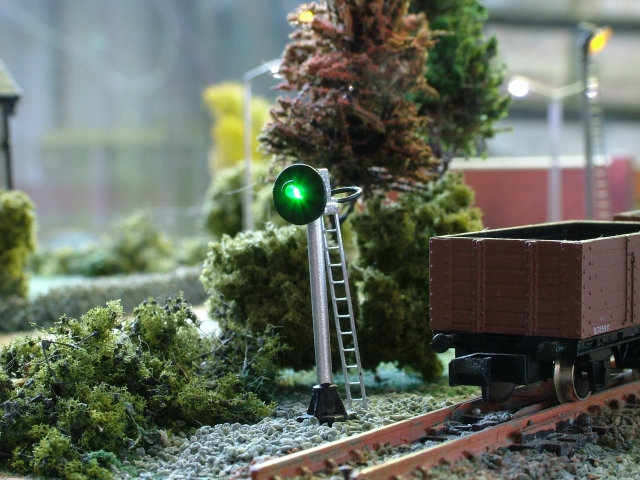 N Gauge 2 Aspect Searchlight Signal with Safety Ring