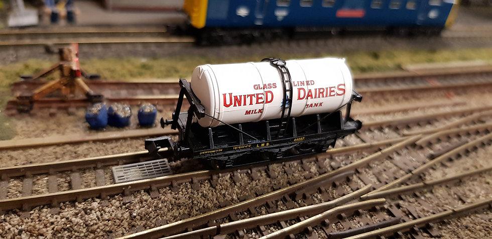 Dapol 2F-031-015 N Gauge 6 Wheel Milk Tank United Dairies