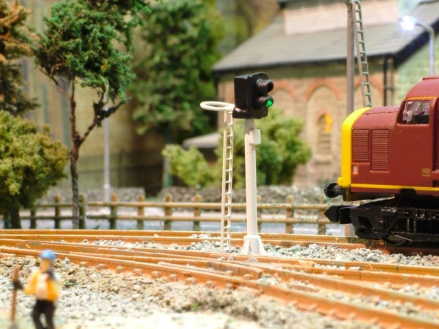 N Gauge 4 Aspect Searchlight Signal with Safety Ring