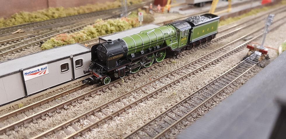 Farish 372-385 Class A2 'A H Peppercorn' LNER Apple Green Locomotive