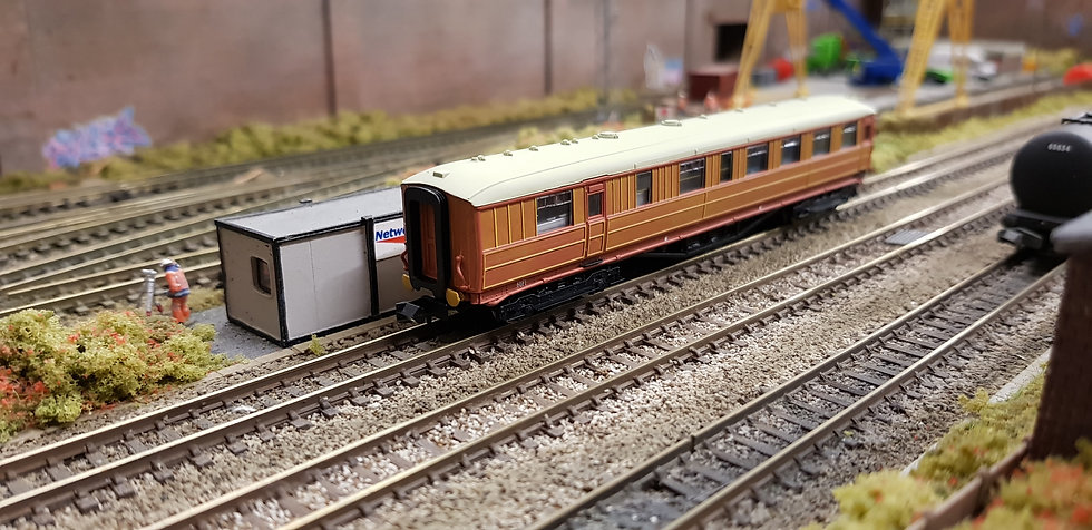 Dapol 2P-011-304 LNER Gresley teak buffet 9121 in LNER teak livery