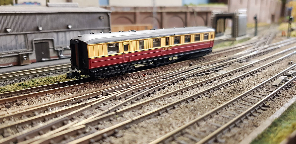 Dapol 2P-011-352 ex-LNER Gresley teak buffet E9124E in BR carmine and cream