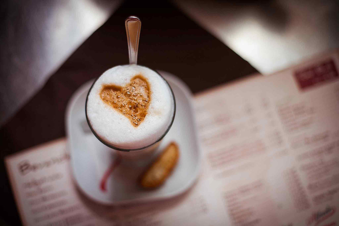 Kaffeetasse mit Kakaopulver in Herzform