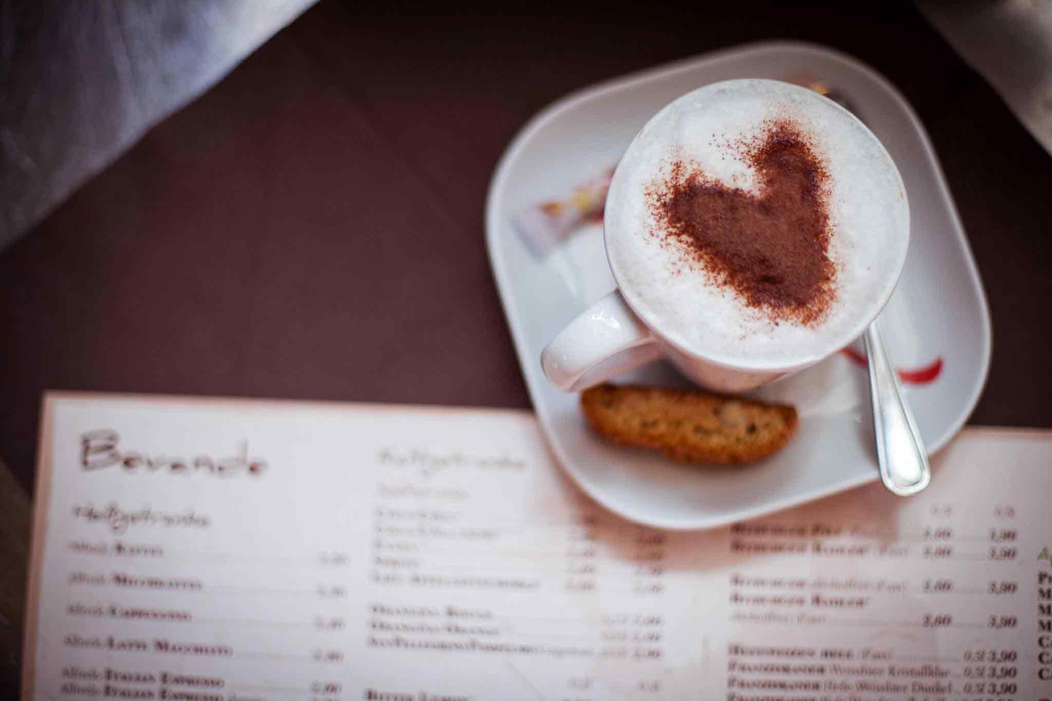 Kaffee mit Kakaopulver in Herzform