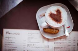 Kaffe mit Kakaopulver in Herzform