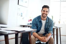 Hombre sonriente hermoso