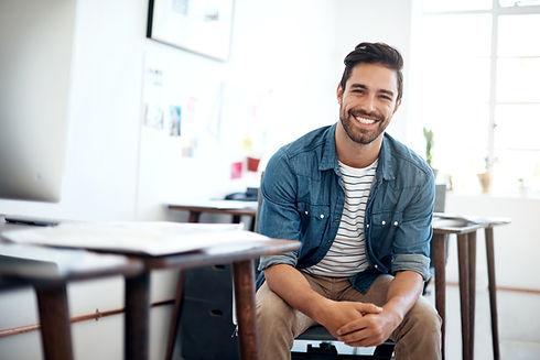 Przystojny uśmiechnięty człowiek