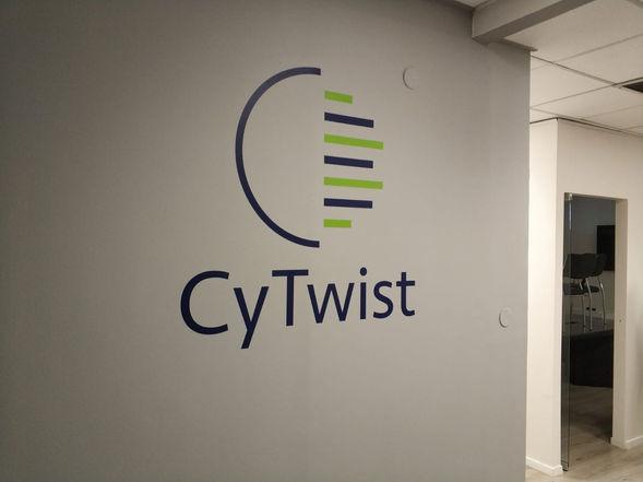 חיתוך לוגו ממדבקת ויניל למשרד
