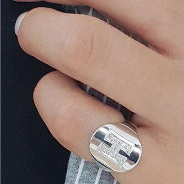 טבעת אובלית מעוצבת עם אות משובצת כסף 925