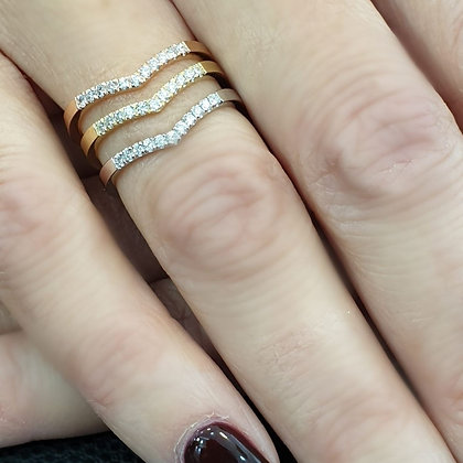 טבעת יהלומים בצורת וי - משובצת 0.11 קראט