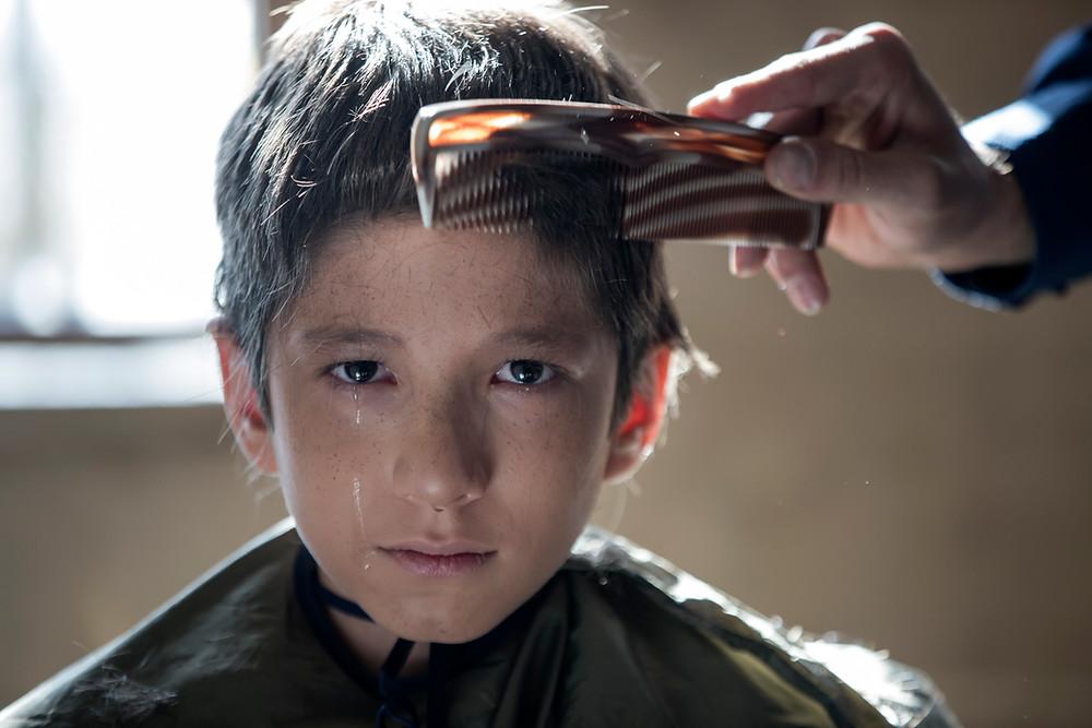 Mahan Nasiri als Amir in 'Son-Mother' lijkt zo weggelopen uit François Truffauts 'Les 400 coups'.