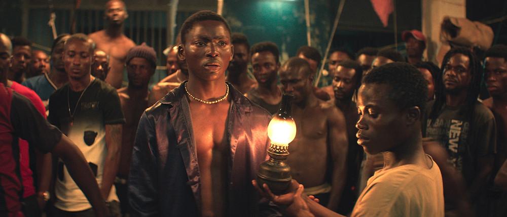 Bakary Koné als Roman in 'La nuit des rois' van Philippe Lacôte (Imagine)