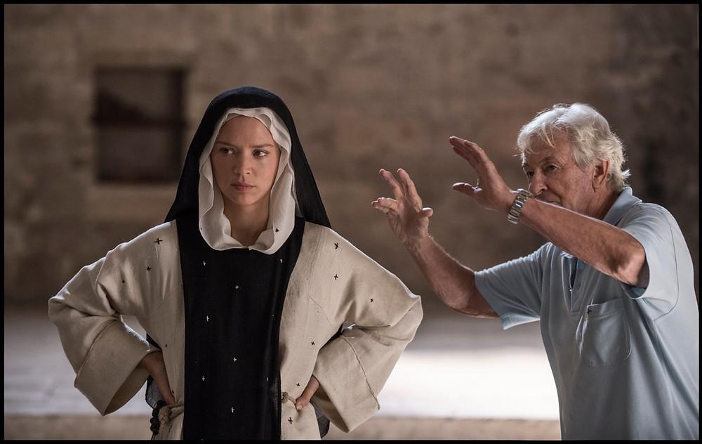 Virginie Efira en Paul Verhoeven op de set van 'Benedetta' (©Belga)