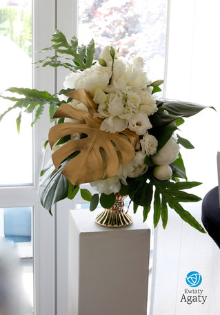 dekoracja kwiatowa na postumencie