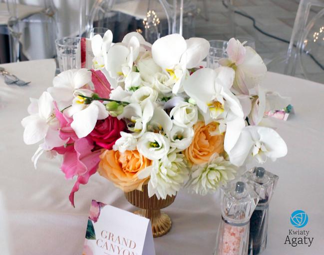 niska dekoracja kwiatowa ze storczykiem