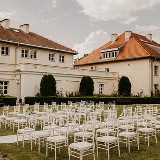 biały dywan w plenerze ślubnym