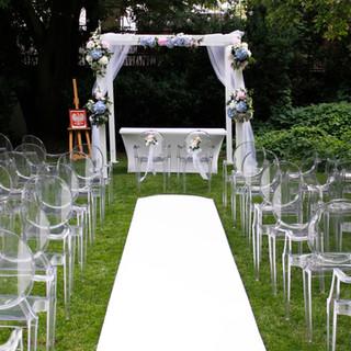 dekoracja altany ślubnej w plenerze
