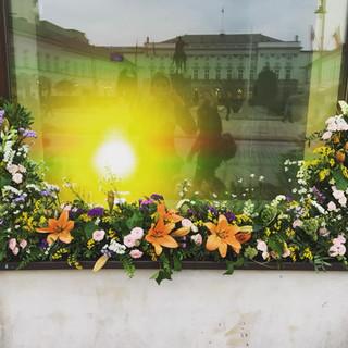 dekoracja kwiatowa witryny