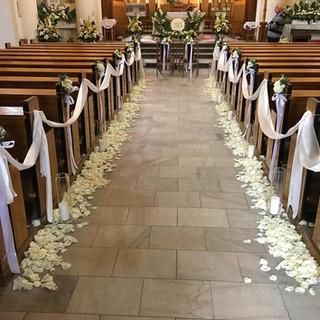 płatki róż w kościele