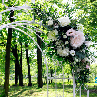kwiaty na pergoli ślubnej