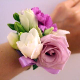 fioletowo biała bransoletka kwiatowa z róży, goździka i frezji