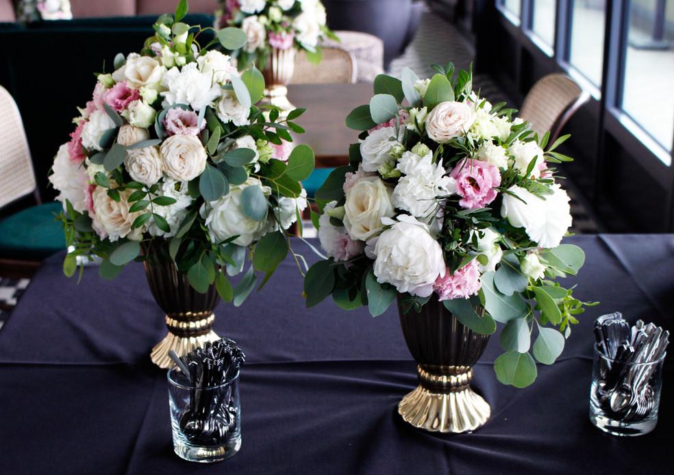 pastelowe dekoracje kwiatowe na stół weselny