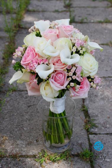 bukiet ślubny biało różowy z callą