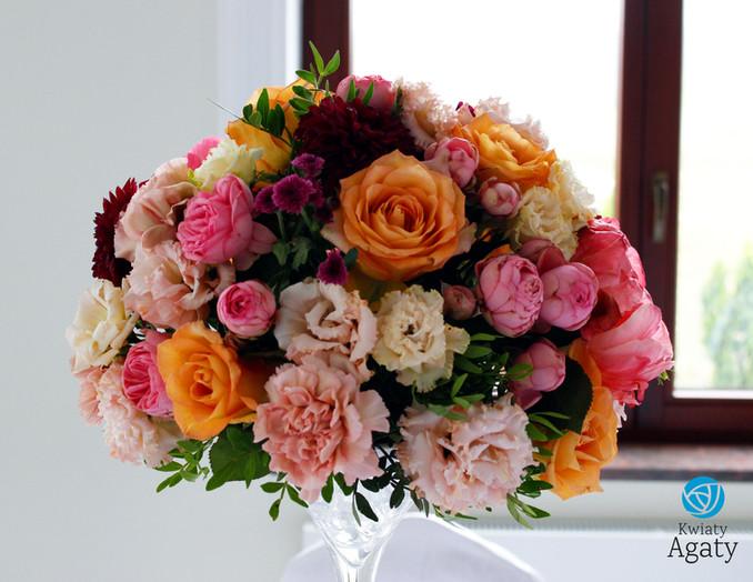 kolorowe dekoracje na stoły gości weselnych
