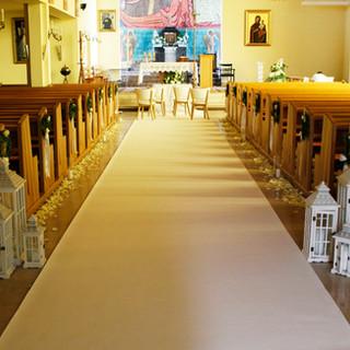 biały dywan w kościele