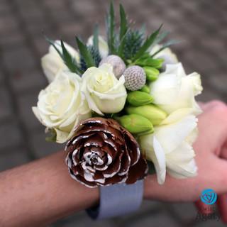 zimowa bransoletka kwiatowa z dodatkiem szyszek