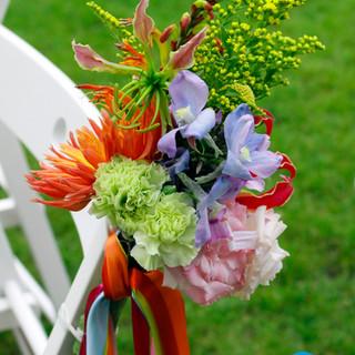 dekoracja krzeseł w plenerze ślubnym