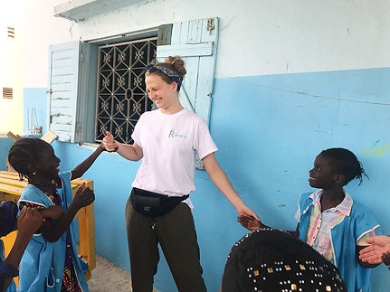 Une bénévole de Kiamalou rigole avec des enfants sénagalais los du voyage solidaire au Sénégal