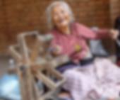 Une femme népalaise agée sourit, kiamalou va l'aider par des actions solidaires et humanitaire