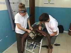 2 bénévoles de l'association humanitaire kiamalou font des massage thérapeutiques sur une femme sénégalaise lors du voyage solidaire de Kiamalou au Sénégal en 2018 ou