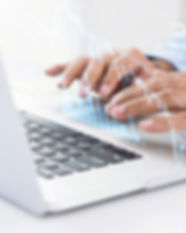 homme-affaires-utilisant-ordinateur-rech