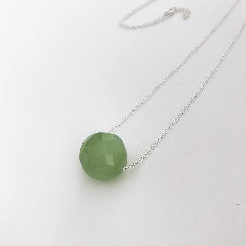 Colar comprido em prata com bola de jade verde