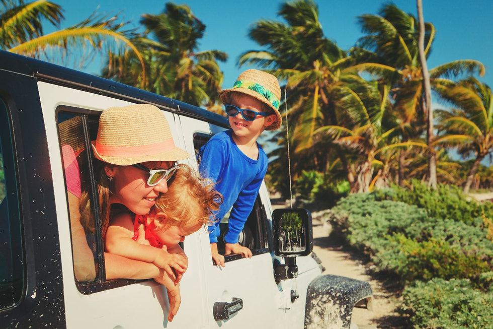 maman avec deux jeunes enfants ambiance tropicale