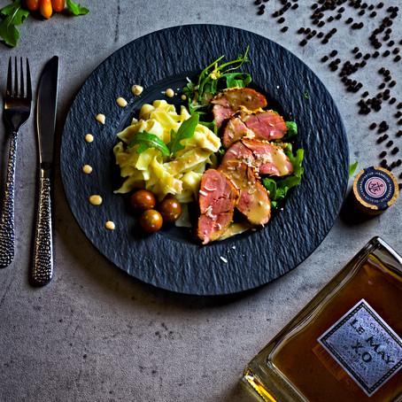 Schweinefilet mit Trüffel Parmesan Ummantelung auf Bandnudeln mit Sahne, Pfeffer, Cognac Sauce