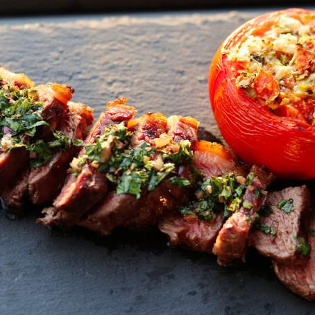 Rückwärts gerilltes Rumpsteak mit Chimichurri und gefüllter Tomate