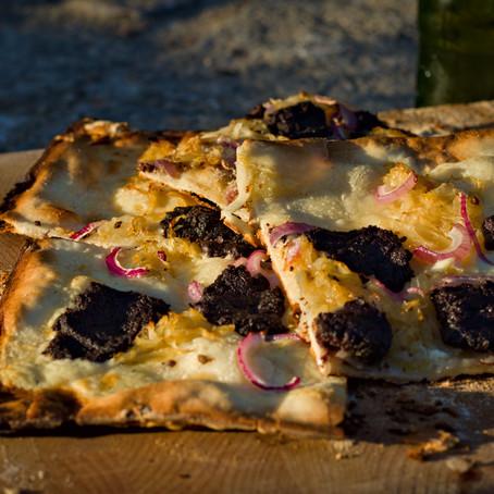 Flammenkuchen mit Blutwurst und Sauerkraut vom Pizzastein