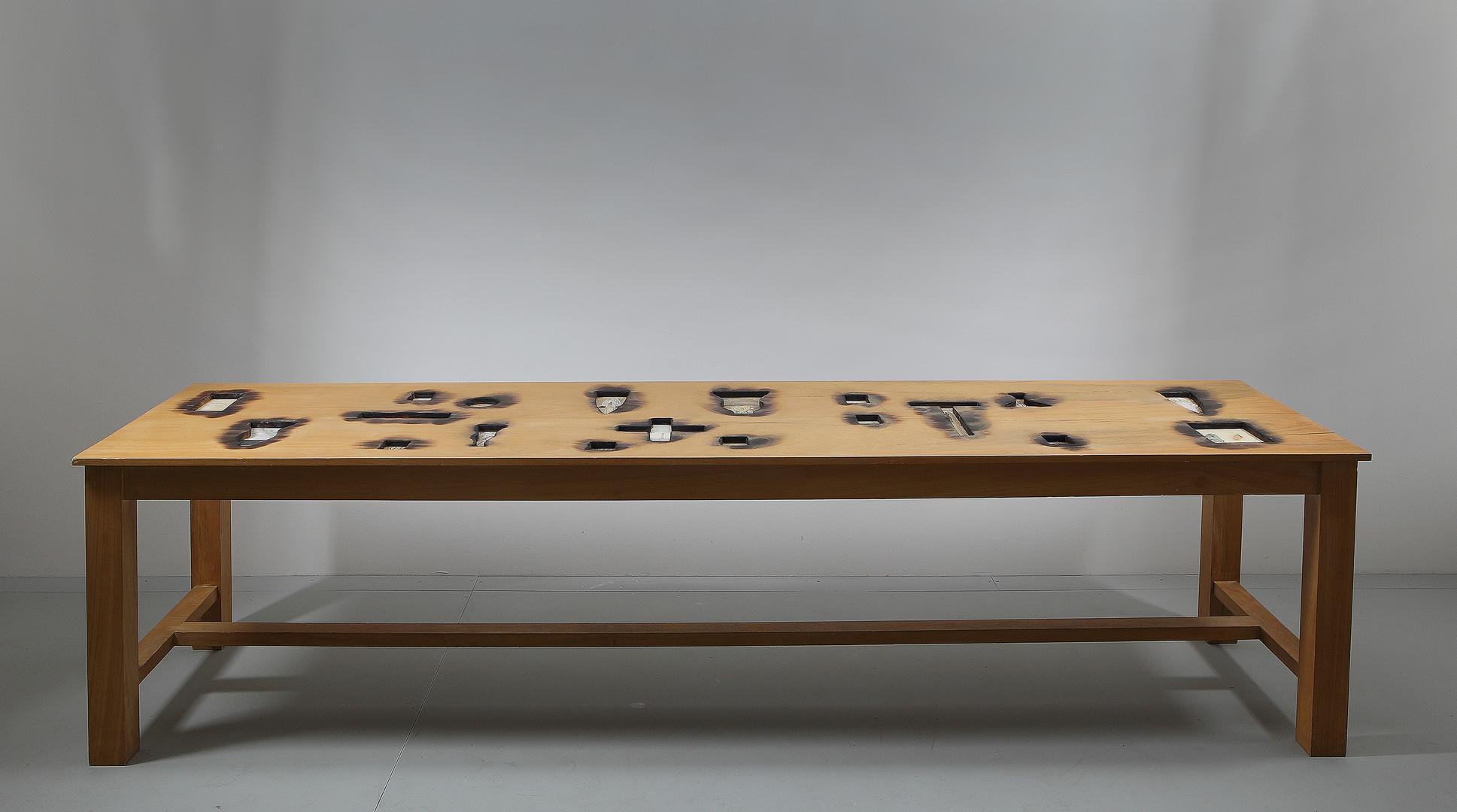Tavolo realizzato da Mimmo Paladino