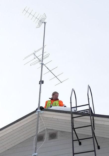 Toni-asentaa-antennia-katolla.jpg